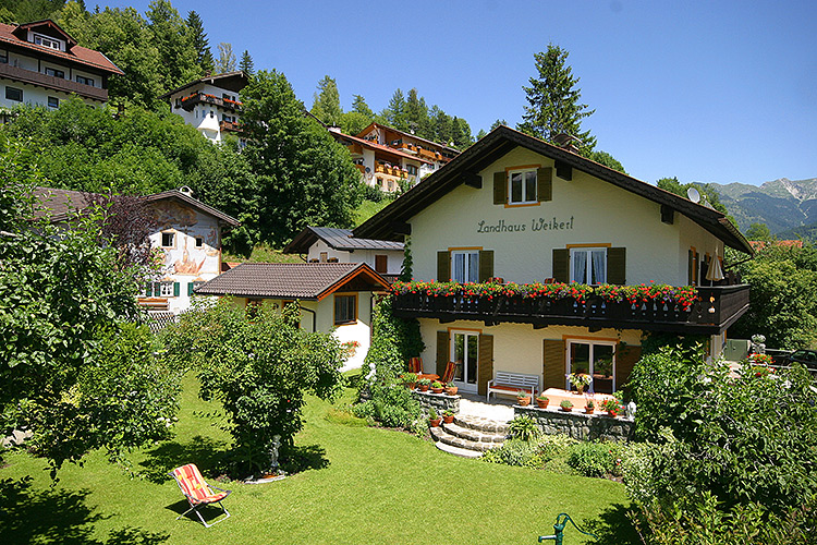 ferienwohnungen landhaus weikert in mittenwald oberbayern haus und garten komfortabel. Black Bedroom Furniture Sets. Home Design Ideas